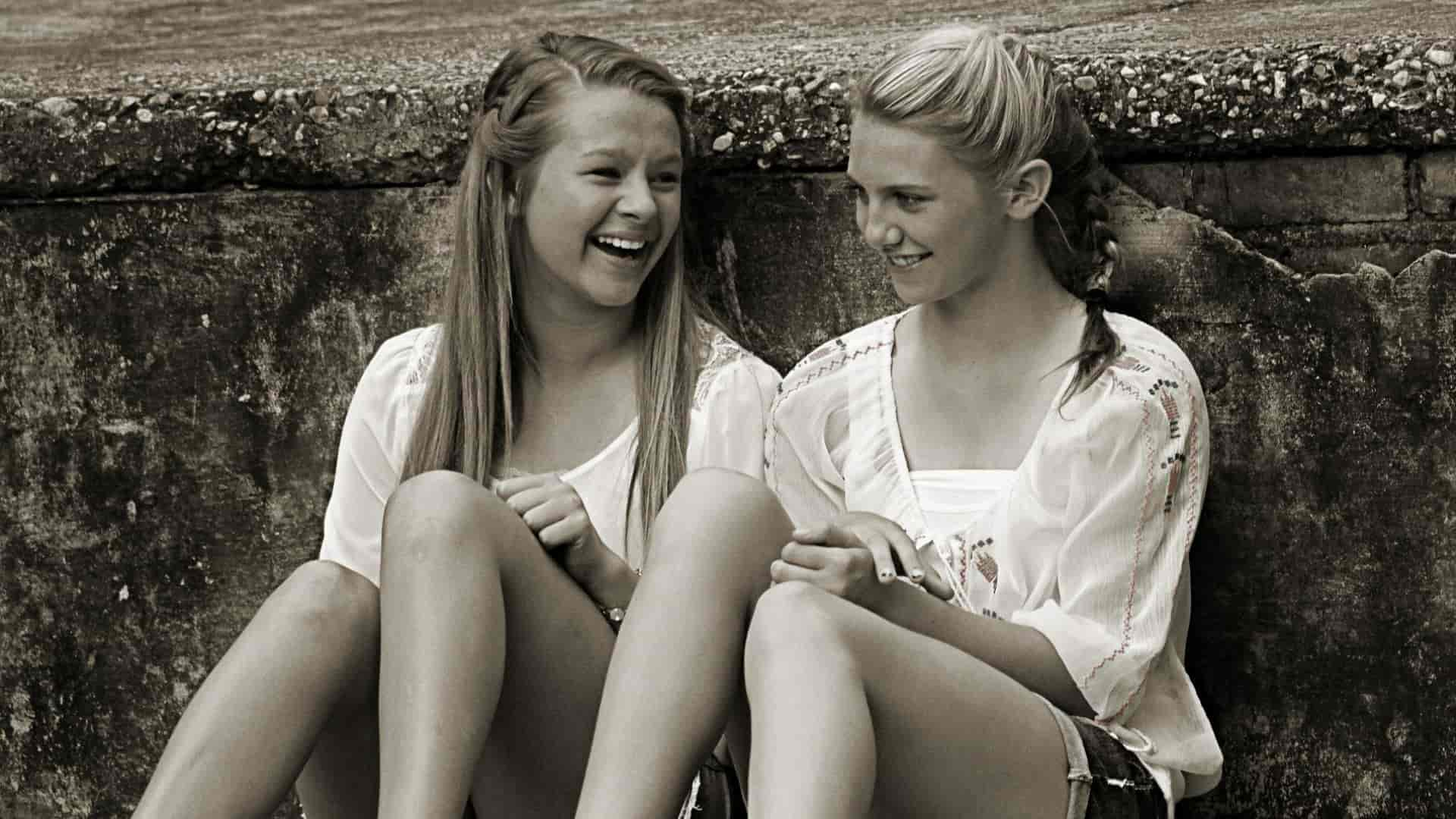 girls young-happy friends smiling
