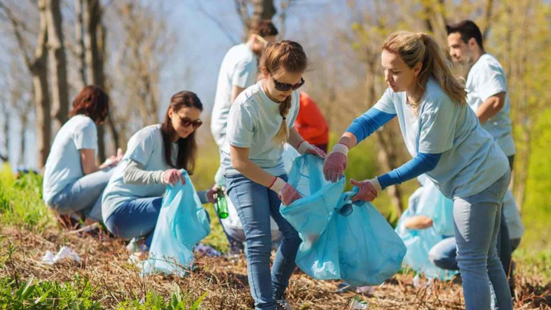 social works volunteering teenagers
