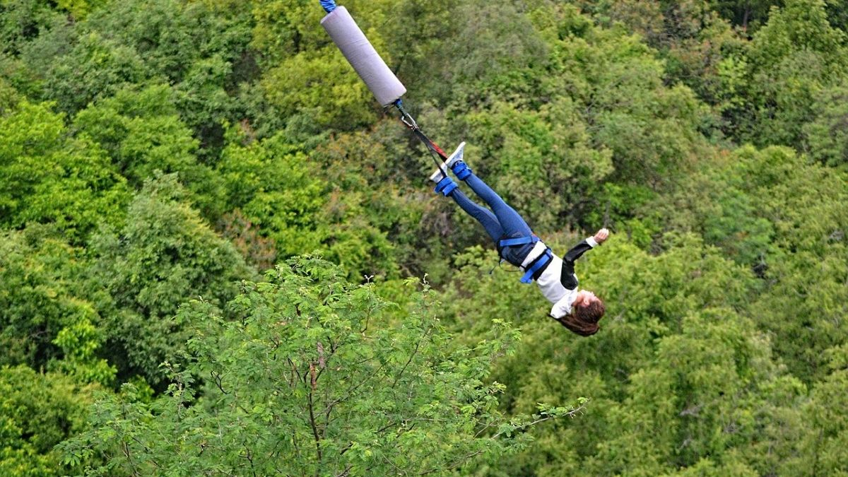 Unique and Sensational Places bungee jumping with boyfriend and girlfriend